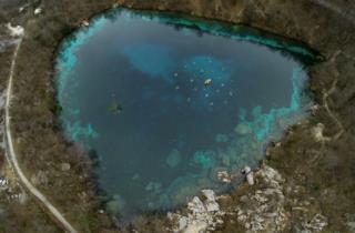 Der See von Cornino hat die Form eines Herzens_fotos von Fabio Iardino